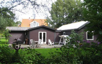 Huset ligger på adressen søndenom 19 tæt ved købmand kro kirke